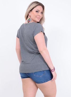 T-shirt Malha Choker Cílios e Boca Plus Size