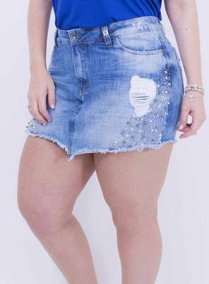 Short Saia em Jeans Destroyed com Aplicação de Pérolas e Canutilhos nas Laterais