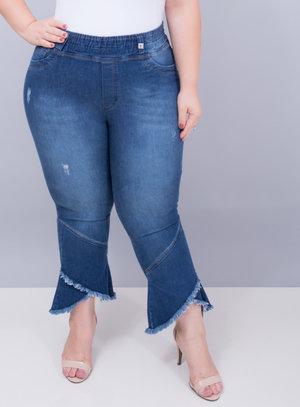 Calça em Jeans Pantacourt com Barra Assimétrica
