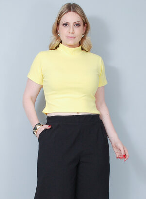 Blusa em Malha Cropped Gola Alta Amarela