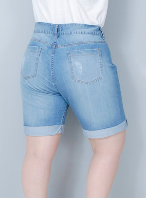Bermuda em Jeans Delavê Rasgada Barra Dobrada
