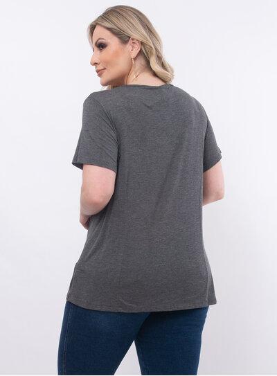 T-Shirt Plus Size Aplicação no Busto