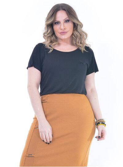 T-Shirt Plus Size Básica Bolso Falso Preta