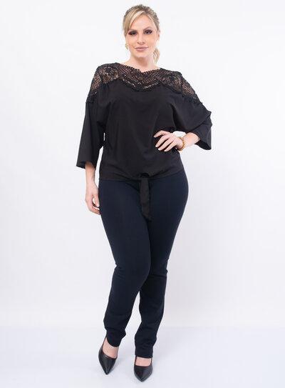 Blusa Plus Size Detalhe em Renda com Laço na Barra