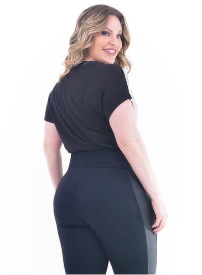 Blusa Plus Size Bolso e Gola em PU
