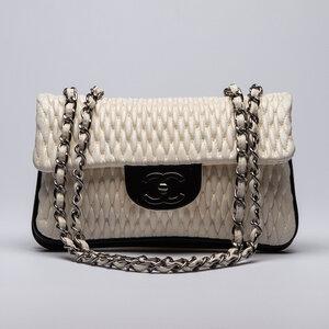 Bolsa Chanel Branca em couro com detalhes em verniz Preto