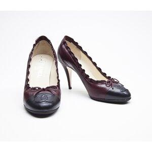 Sapato Chanel em couro preto/bordo