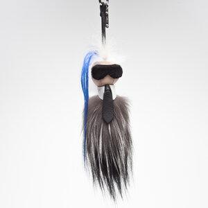 Chaveiro Fendi Bag Boy Karlito. Possui formato Karl Lagerfeld confeccionado em couro e pelos em tons