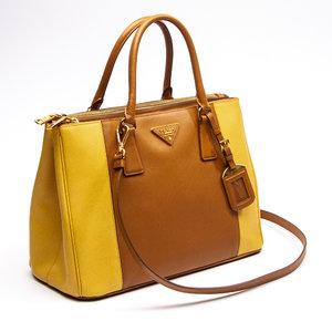 Bolsa Prada Safiano Lux Double Zip em Caramelo laterais em Amarelo