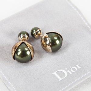 Brinco Dior mise en Dior Triballe verde