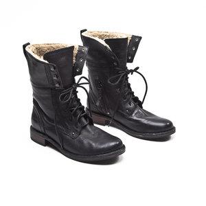 Ankle Boot UGG em couro preta com forro interno em pelos