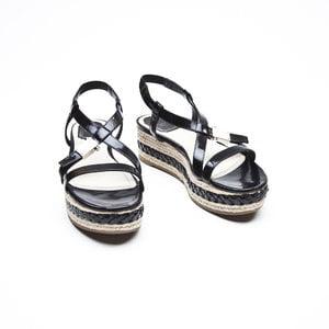 Sandalia Dior preta em verniz com rafia