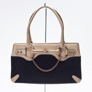 Bolsa Gucci em couro bege e preto com logo