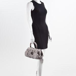 Bolsa Dior modelo Karenina em couro cinza