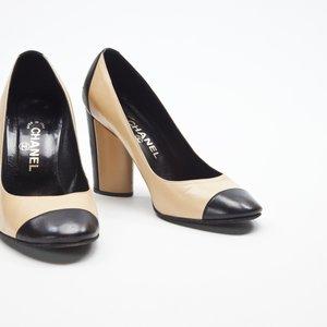 Sapato Chanel em couro bege e preto