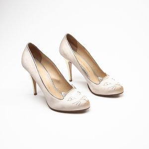 Sapato Charlotte Olympia em cetim bege