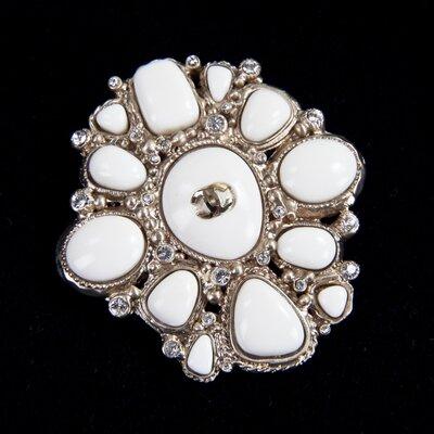 Broche Chanel em dourado e off white