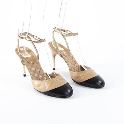 Sapato Chanel em couro preto e bege