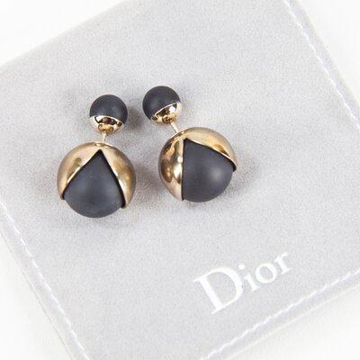 Brinco Dior mise en Dior Triballe onix e dourado