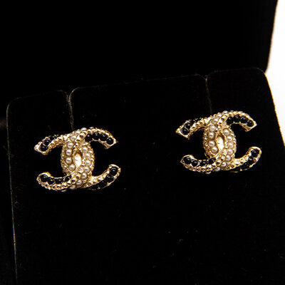 Brinco Chanel Preto com Dourado