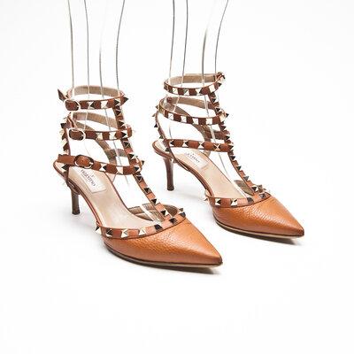 Sapato Valentino Rockstud em couro caramelo