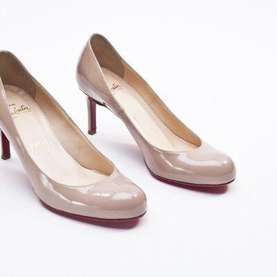 Sapato Louboutin verniz nude