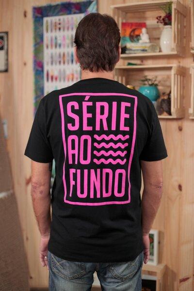 T-shirt Série ao Fundo Black & Pink