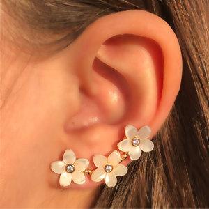 Brinco Ear Cuff Flores Madrepérola Banho de Ouro 18 K Semijóia