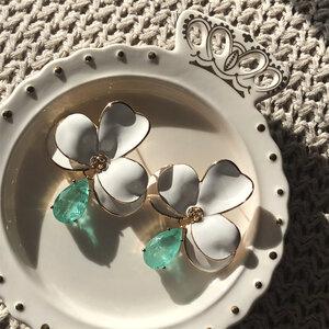 Brinco Orquídea Branca Esmaltado com Gota Esmeralda Colombiana Banho de Ouro 18 K Semijóia