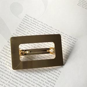 Presilha Retangular Vazada Dourada