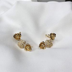 Brinco Ear Cuff Flores Dourado Semijóia