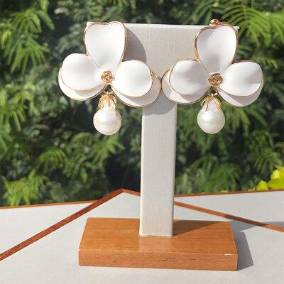 Brinco Esmaltado Orquídea Pérola Barroca Semijóia
