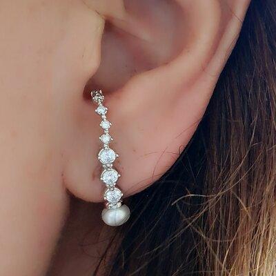 BRINCO EAR HOOK COM PEROLA SHELL E ZIRCONIA