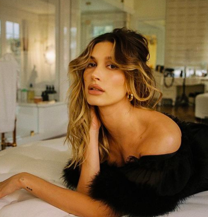 Hailey posa em sua casa para o Instagram, muito estilo e glamour!
