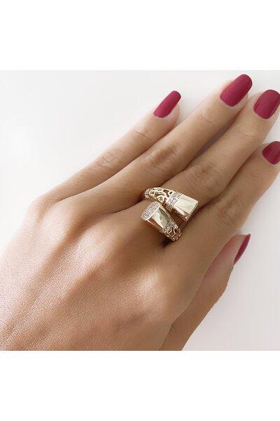 Anel Dourado com detalhe vazado e ponteira retangular cravejada em zircônias