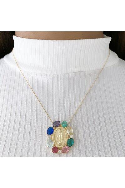 Gargantilha dourada com medalha nossa senhora e cristais coloridos ao redor