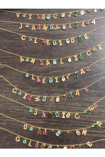 Colar dourado personalizado com letrinhas e cristais coloridos
