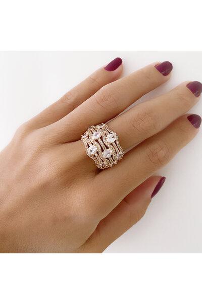 Anel dourado com fileiras em zircônias e cristais aplicados