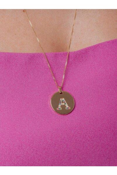 Colar dourado longo com medalha letra cravejada em zircônias coloridas