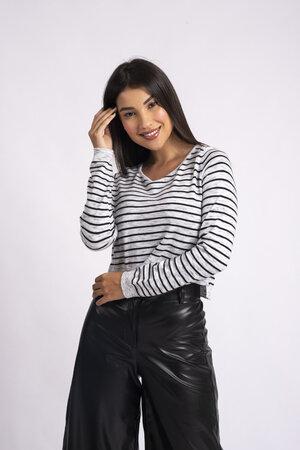 Blusa cropped listrada em tricot mescla