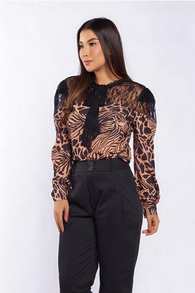 Blusa animal print com recorte renda