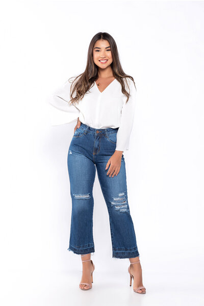 Calça jeans rasgada barra desmanchada