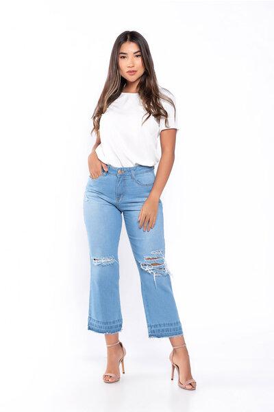 Calça jeans pantacourt rasgada no joelho