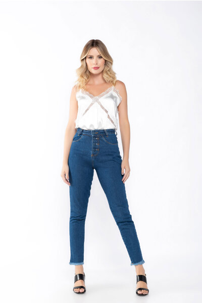 Calça jeans skinny botoes encapados barra desfiada