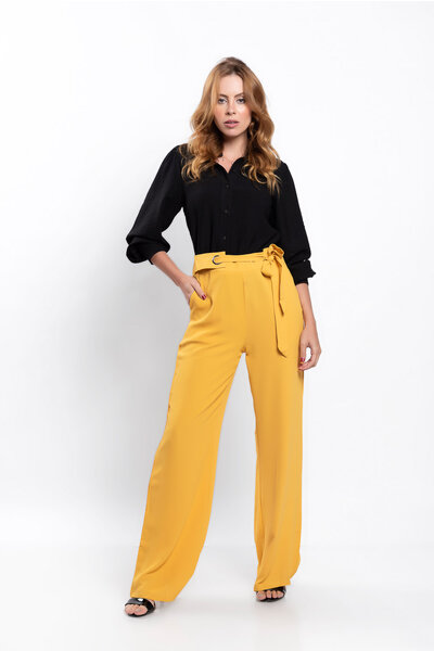 Calca pantalona lisa com bolsos detalhe faixa