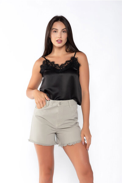 Shorts sarja color com barra desfiada