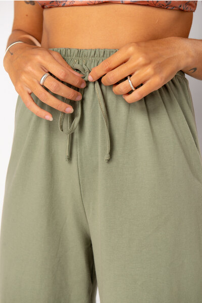 calça pantalona verde musgo