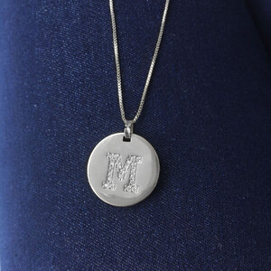 Colar Medalha Inicial Longo Ródio - Sob Encomenda (PRAZO DIFERENCIADO DE ENTREGA)