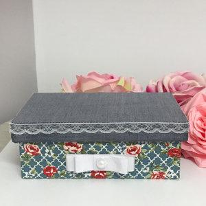 Caixa Montada Jeans Floral com N.Sra. Aparecida e Quadrinho - 10,0 x 15,0