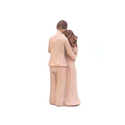 Casal com Bebê no Colo em Pé Abraçado